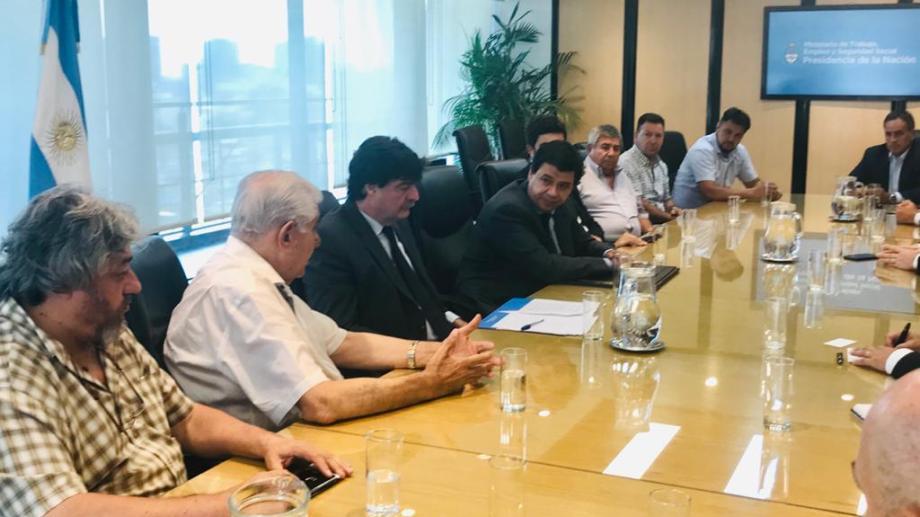 El titular de Petroleros Privados, Guillermo Pereyra, junto a toda la cúpula de la organización participó del encuentro en el ministerio de Trabajo.