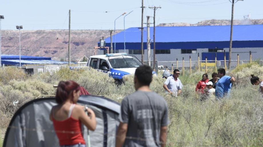 Vecinos se apostaron en la banquina de Autovía Norte, sobre la Bajada del Maida. Reclaman por la obra del gas. (Archivo: Florencia Salto)