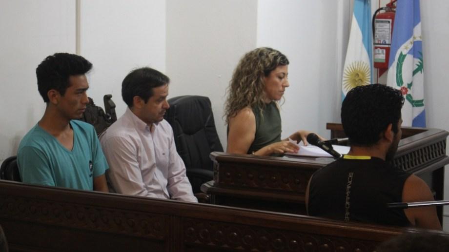 Matías Jara, a la izquierda, durante una de las audiencias en Zapala. (Archivo)