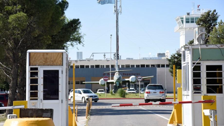 Uno de los puntos a resolver es el ingreso y egreso de vehículos al aeropuerto Presidente Perón. Foto: Florencia Salto