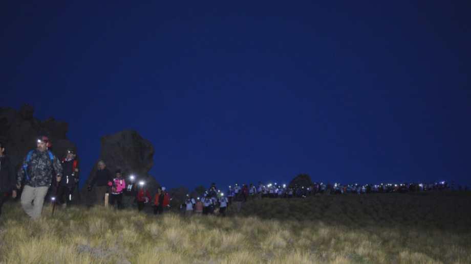 La larga fila de los participantes de la caminata en Varvarco. Foto: Martín Muñoz