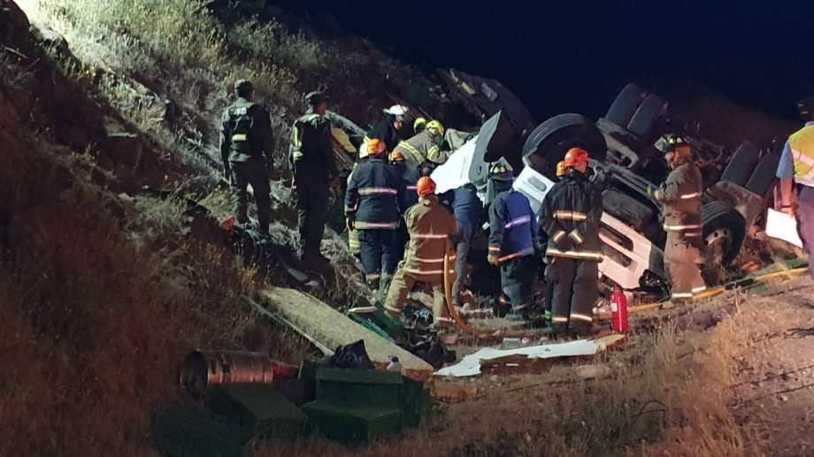 Bomberos de Villa La Angostura y de Dina Huapi trabajaron en el lugar donde ocurrió el siniestro vial en la ruta nacional 237. (Foto: Gentileza)
