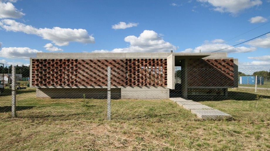 En la fachada, el ladrillo tiene un protagonismo central, tanto para el cierre seguro como para el paso de luz, además del factor estético.