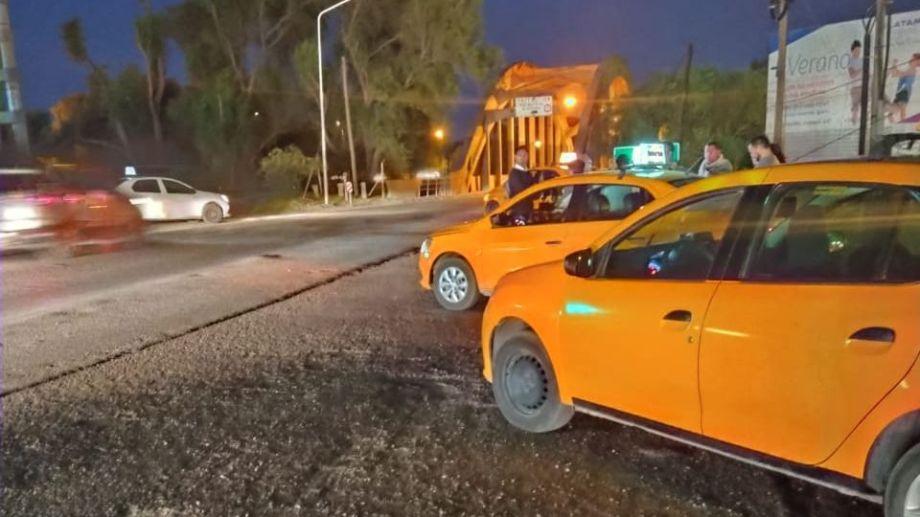 Los taxistas se agrupan en los accesos al puente carretero. Foto Gentileza