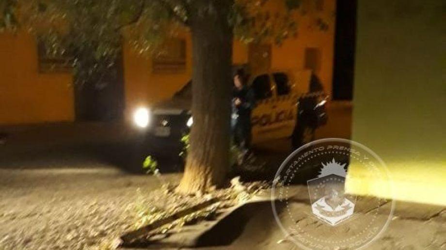En horas de la madrugada de hoy se detuvo en Zapala a un hombre que infundía miedo al exhibir un arma. Foto Prensa Policía de Neuquén