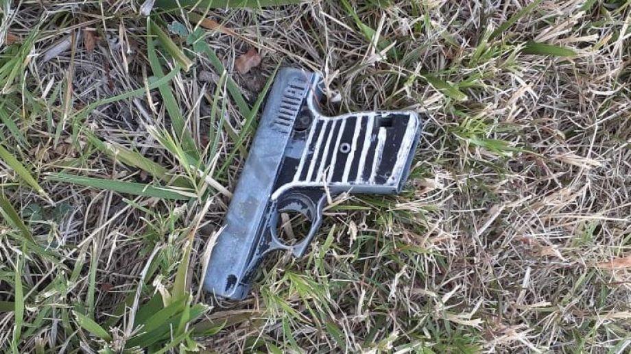 Se trata de una pistola calibre 22 que tenía un cartucho en la recámara. (Foto: Gentileza Prensa Policía.-)