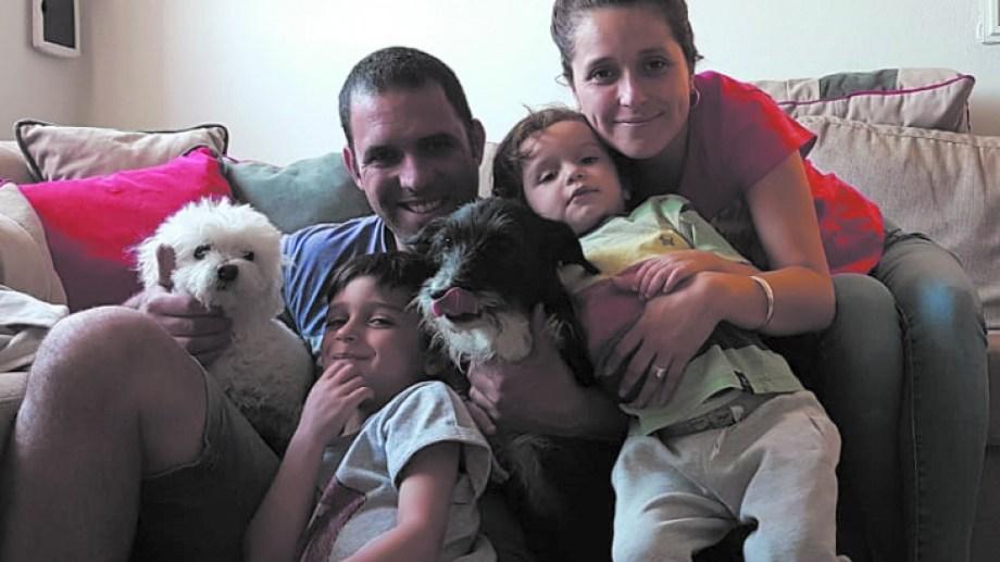 Fea junto a su familia, que se mostró muy feliz tras el reencuentro. Emotiva historia en Roca. (Foto gentileza)