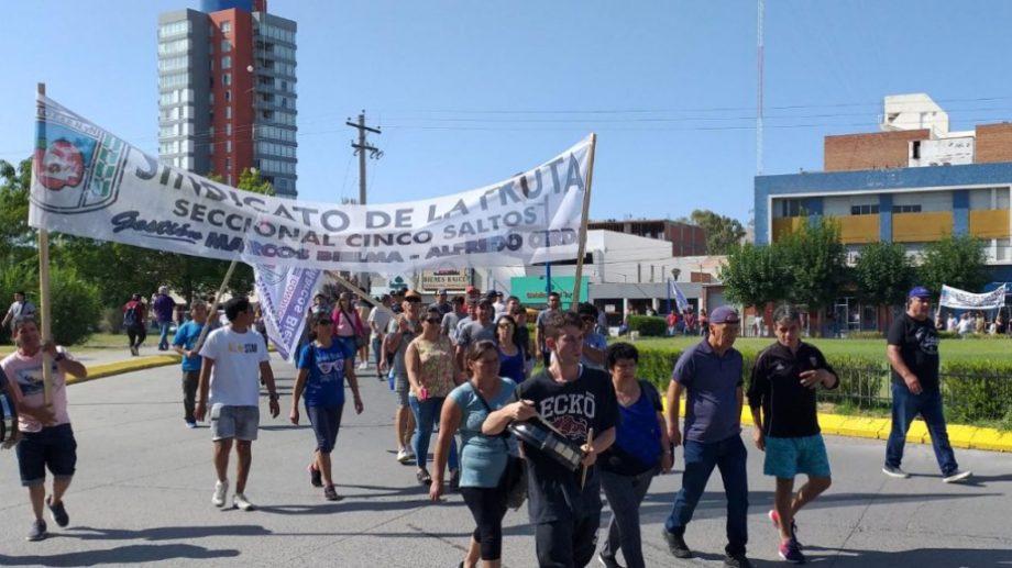 Trabajadores de distintos galpones se movilizaron esta mañana. (foto: Emiliana Cantera)