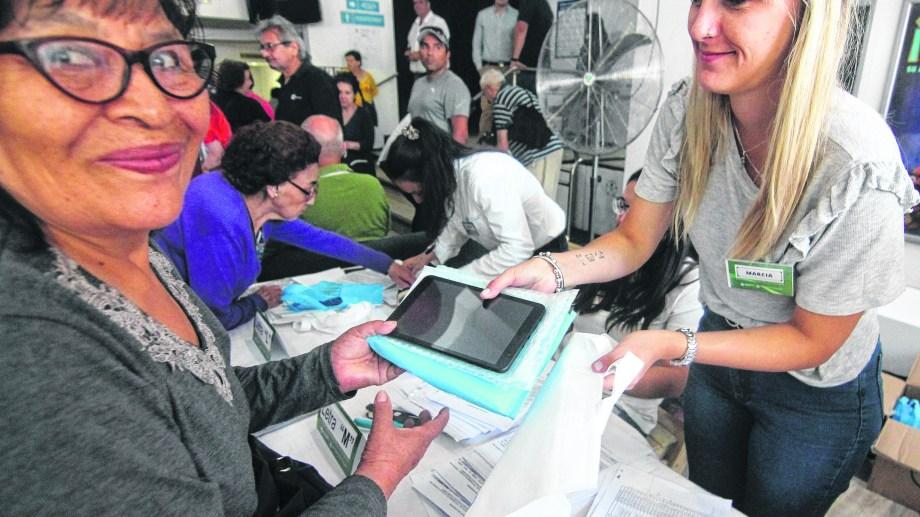 Ayer, el Ejecutivo municipal les dio 400 tablets a los beneficiados inscriptos en el listado nacional.
