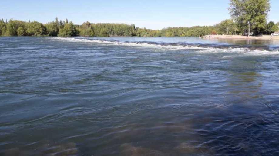 El río Limay vendrá con más agua desde  Arroyito.. Foto: archivo Juan Thomes