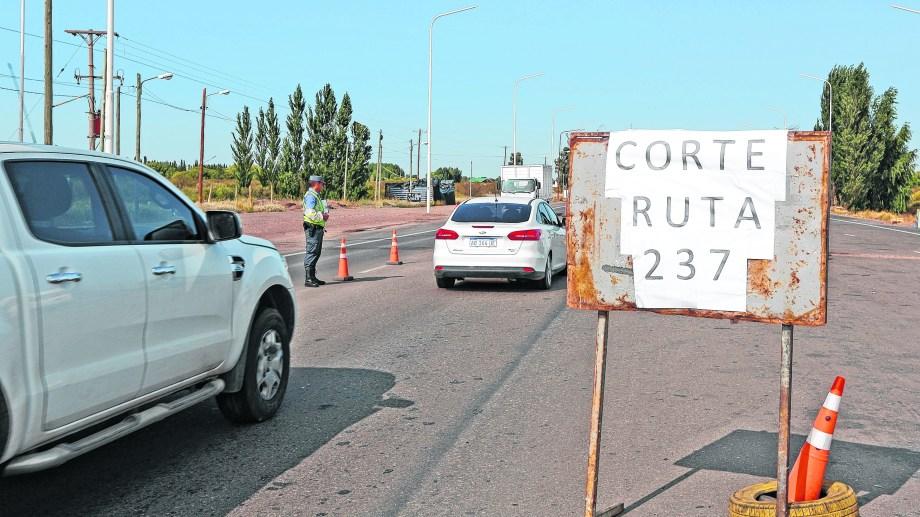 Efectivos policiales advierten del desvío antes de la rotonda de Arroyito y derivan a Plaza Huincul.
