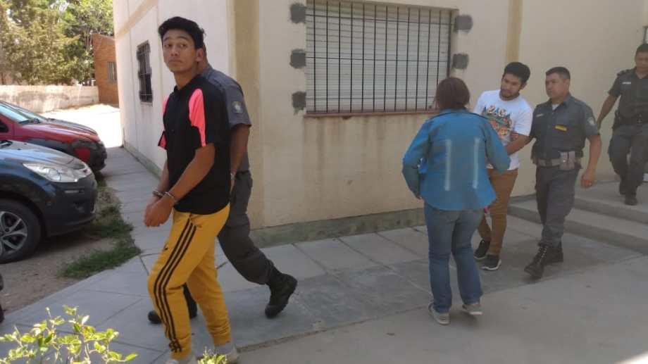 Matías y Fernando Jara se retiran del juzgado de Zapala, rumbo a la vivienda donde cumplen prisión domiciliaria. (Archivo)