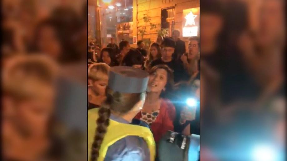 La policía detiene a un joven de 21 años en la salida de una cervecería. Foto captura de video.