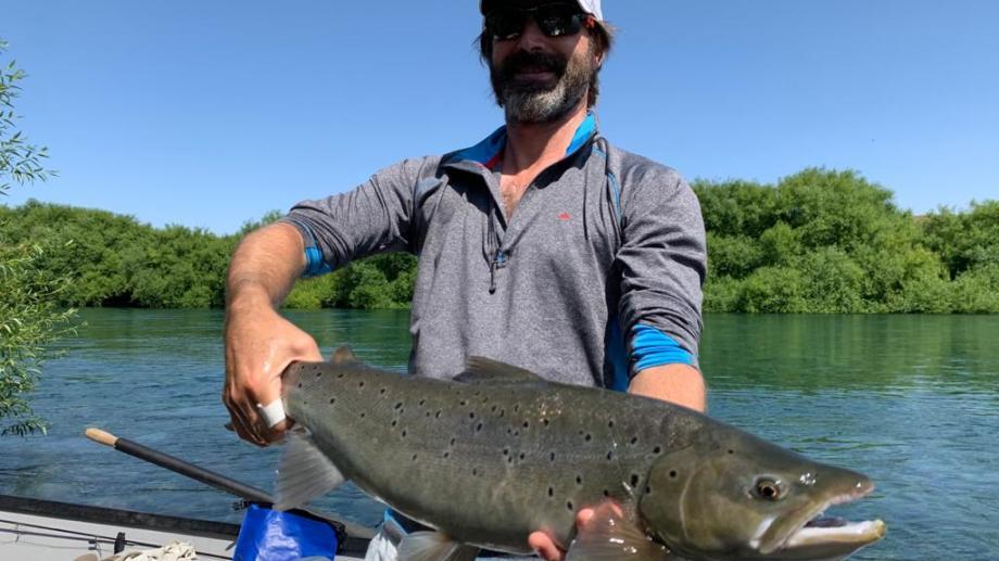 Pancho Romero pescó una trucha marrón de 7 kilos en el río Limay, cerca de Bariloche.