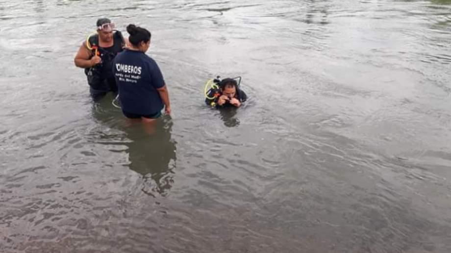Piden la presencia de más buzos para encontrar al joven que se tiró en el canal de Cordero y no logró salir. Foto: Gentileza Miguel Parra.