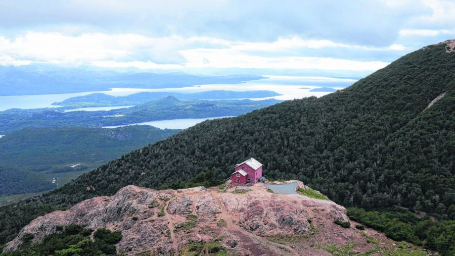 La repetidora robada estaba instalada en el cerro López y tenía una cobertura amplia a la mayoría de los refugios y senderos de Bariloche. Archivo