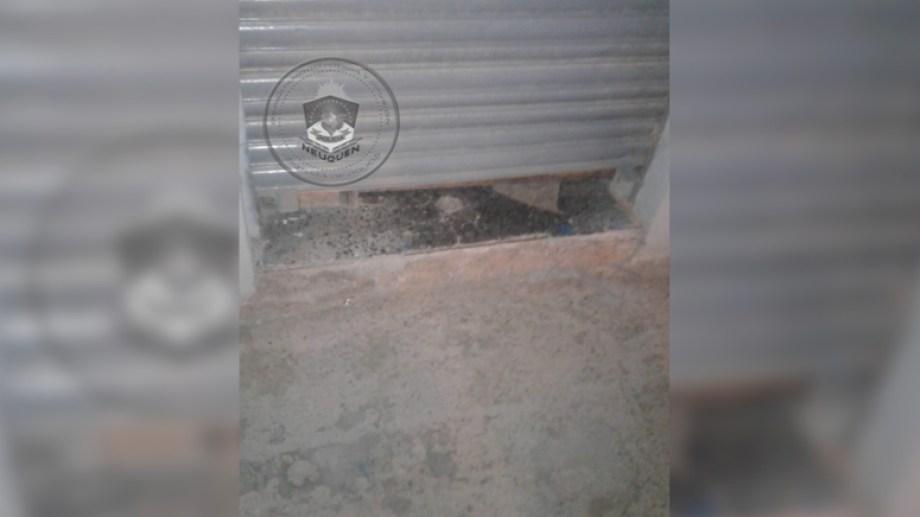 La persiana de la bicicletería fue dañada.  Foto: Prensa Policía