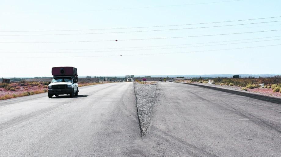 Llegando al puente de Arroyito en dirección a Plottier,  el camino se divide en dos. El único habilitado es el izquierdo, pero el de la derecha no está bloqueado al comienzo.  (FOTOS: Florencia Salto)