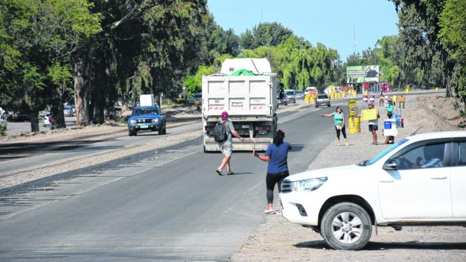 Zona urbana de Senillosa. Es un peligro para peatones y automovilistas. A la altura de avenida San Martín, los autos usan la franja del medio de tierra y piedra para esperar y girar.