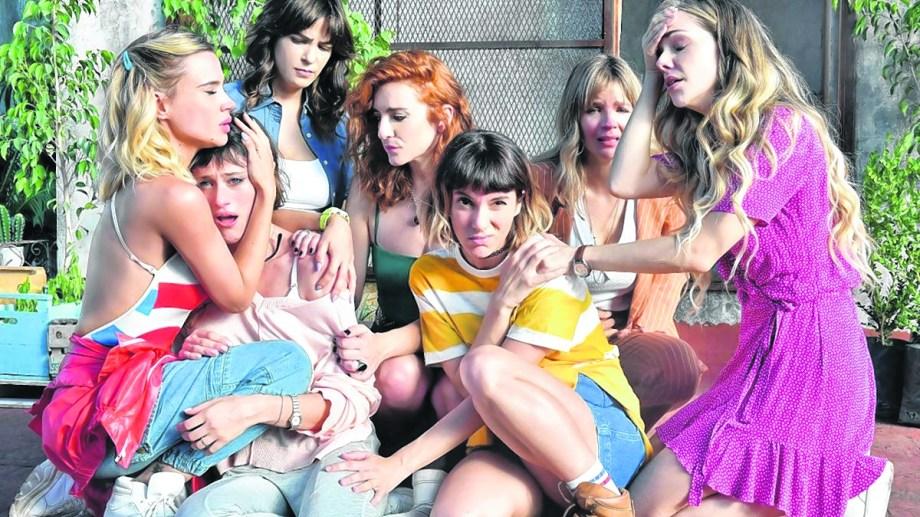Siete mujeres diferentes se encuentran y afrontan una estafa y conflictos internos.