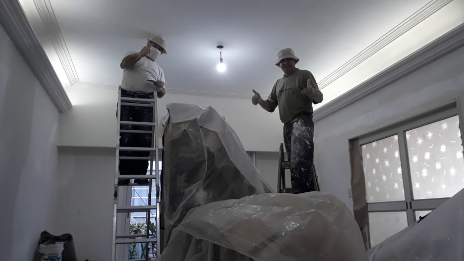 Los muebles deben agruparse en el centro de la habitación, cubiertos con sábanas o plásticos. Eso los protege y facilita la actividad del pintor.