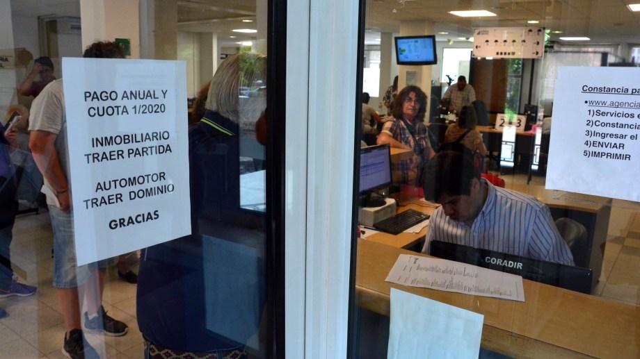 Continúa el interés por el pago adelantado y sus bonificaciones. Los adherentes al mecanismo llegaron a 163.000 en el 2019. Foto: Marcelo Ochoa.
