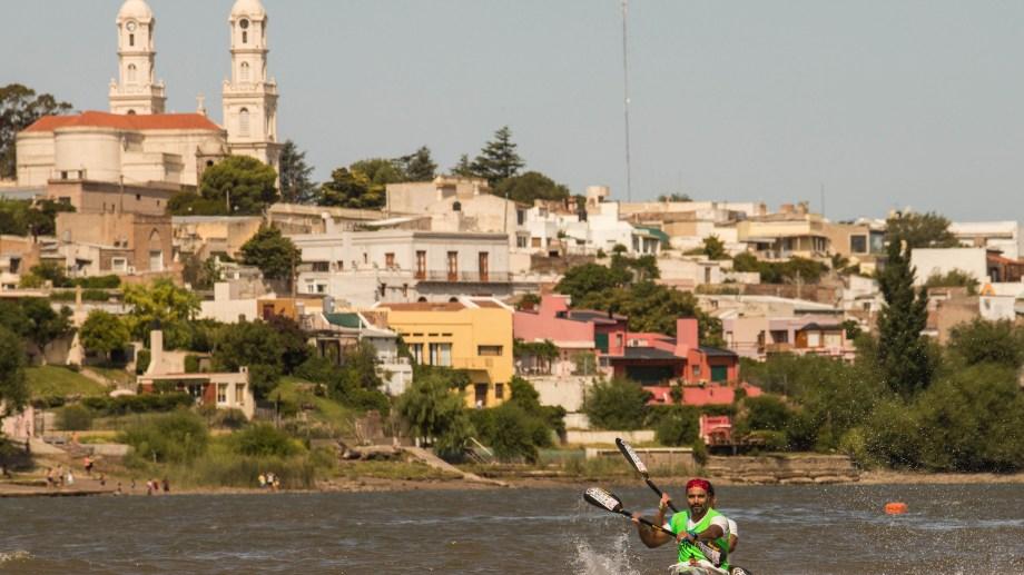 Néstor y Damián Pinta se encaminan a la victoria, con la postal maragata de fondo. Foto: Marcelo Ochoa