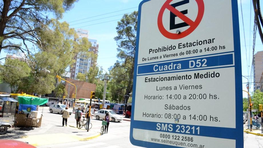 Hoy y mañana no hay estacionamiento medido en Neuquén. (Archivo Mauro Pérez).-