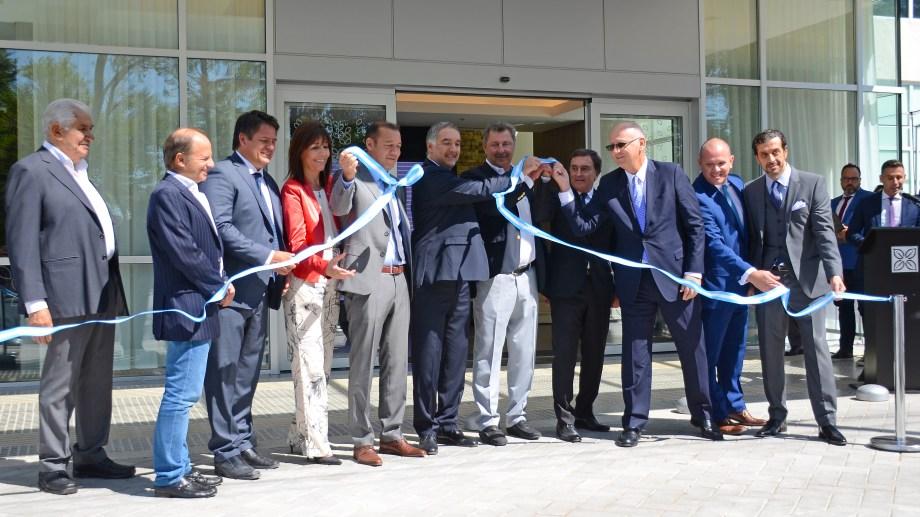 Gutiérrez, junto al intendente Gaido, representantes de la desarrolladora ASPA y directivos de la firma Hilton en el corte de cintas. Foto: Mauro Pérez.