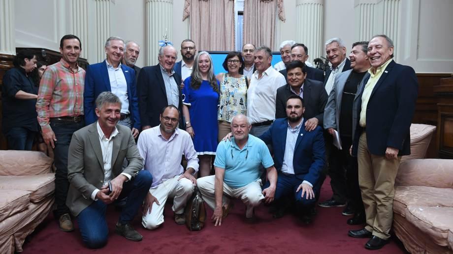 El encuentro entre los legisladores y los cooperativistas se realizó en el Senado.