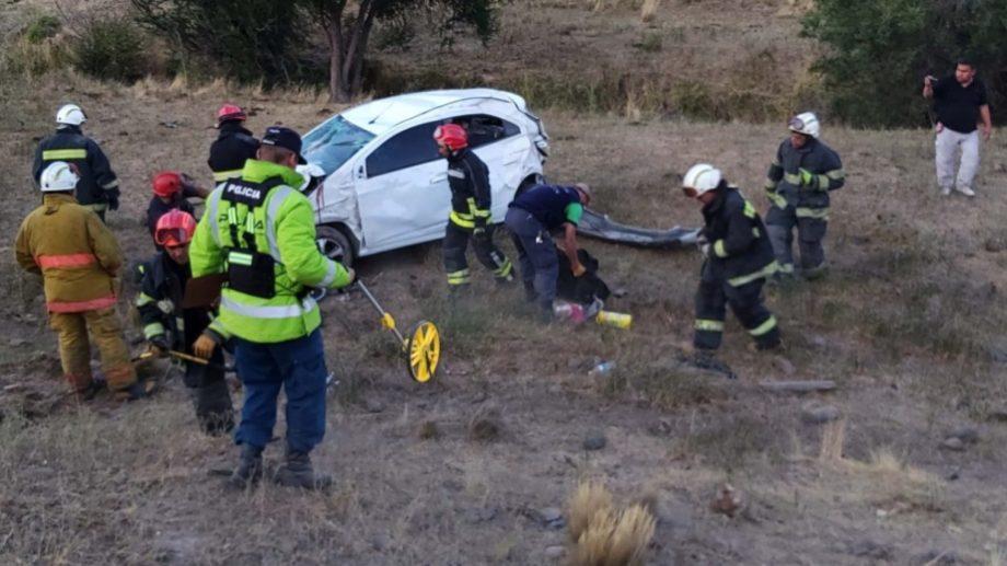 El auto cayó 100 metros por un barranco y dio varios tumbos. (Gentileza Info Los Andes).-