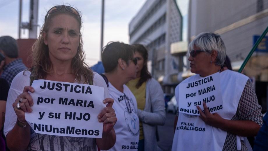 Grupo de mujeres reclaman justicia por María y su hijo asesinado en la localidad de Puerto Deseado - Foto: Agencia Télam.