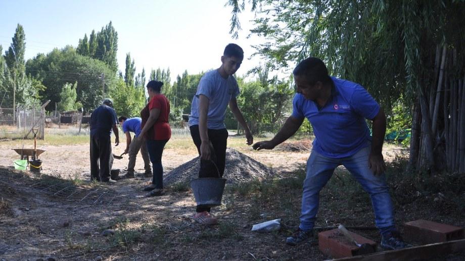Jóvenes participaron de la construcción de un horno de barro. Foto: gentileza.