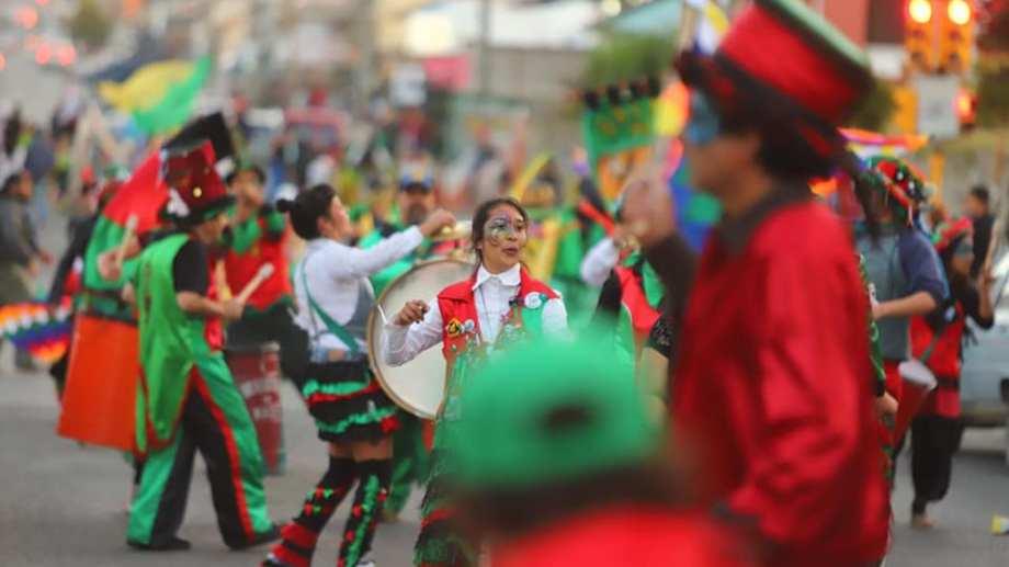 Las murgas y comparsas de Bariloche le ponen ritmo y color al fin de semana largo. Foto gentileza Subsecretaría de Cultura