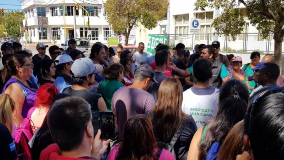 Ayer los empleados municipales de Centenario recibieron una nueva propuesta por parte del Municipio. En asamblea decidirán si la aceptan o la rechaza. (Foto: Centenario Digital).