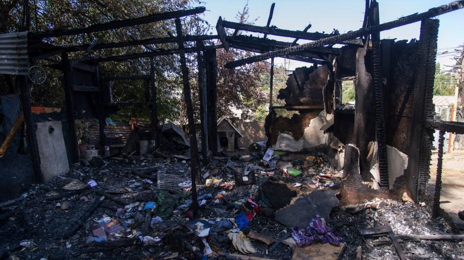 El agresor incendió la vivienda de madera de la su expareja, luego de agredirla físicamente. Archivo