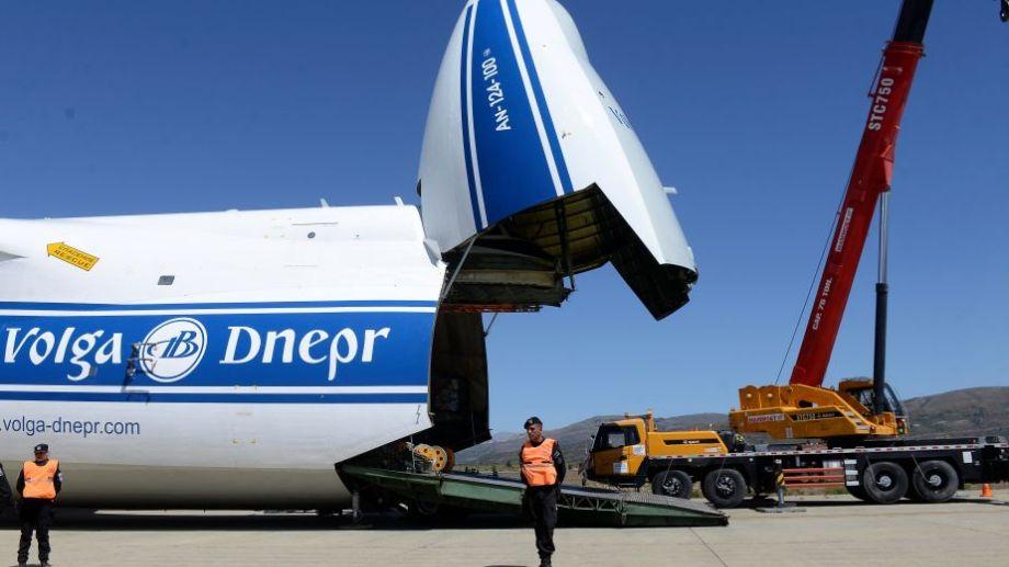 Así era cargado el satélite al avión Antonov. Foto: Alfredo Leiva.-