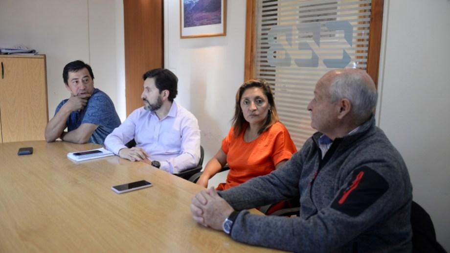 Los delegados de la CEB, Karina Chueri y Gustavo Mardones (centro), piden la remoción de otro consejero. Archivo