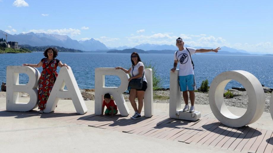 Desde que se montaron las letras en la playa del centro, la postal atrae a miles de turistas todos los días. Foto: Alfredo Leiva