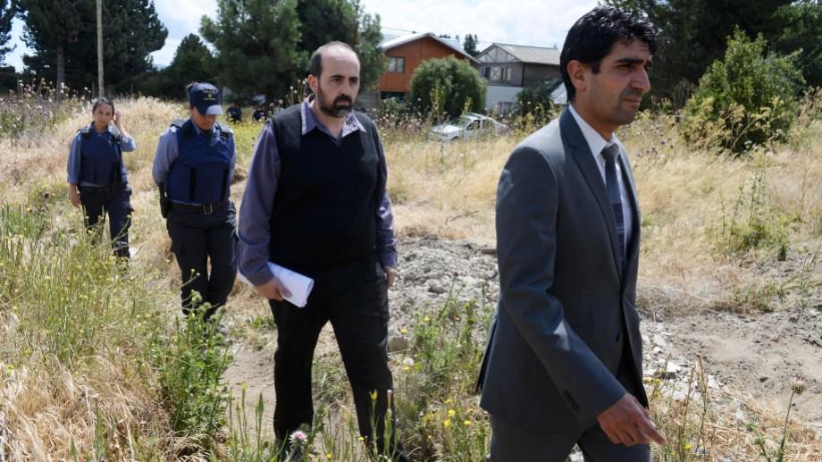 El fiscal Tomás Soto y el fiscal adjunto Gerardo Miranda (atrás) están a cargo de cordinar la investigación del robo a una familia de Bariloche. (foto archivo)