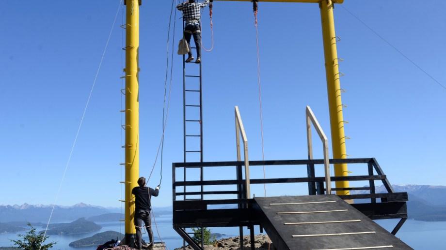 Operarios realizan la instalación de la estructura de la hamaca gigante de Piedras Blancas, en el cerro Otto. Foto: Alfredo Leiva