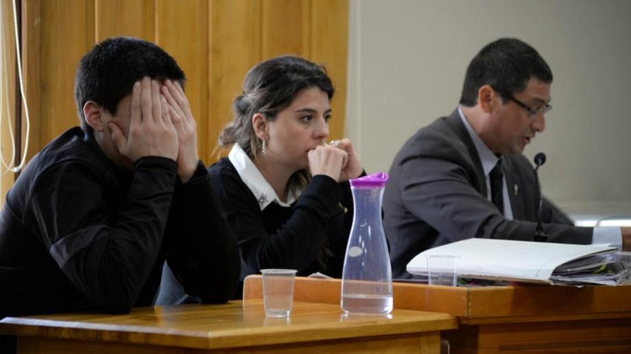 Enrique Martín Pardo (con el rostro cubierto) cumple prisión preventiva en el penal de Bariloche, porque la sentencia condenatoria aún no está firme. (foto archivo)