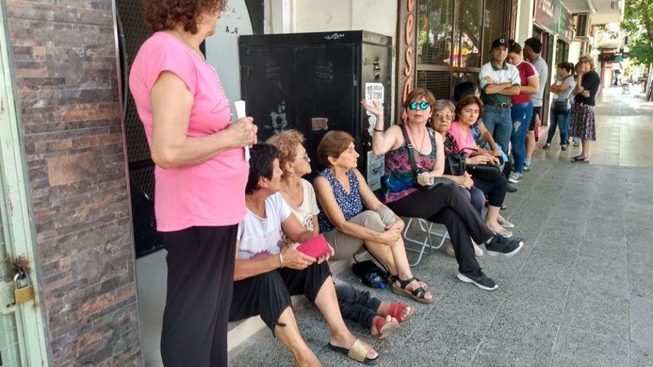 Largas filas en el centro de Cipolletti para conseguir un turno. (Foto: Gentileza Miguel Ángel Parra)