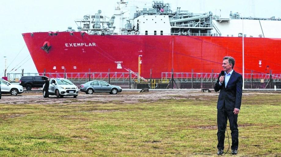 En octubre de 2018, el entonces presidente Mauricio Macri despidió el buque regasificador. Ahora podría volver.