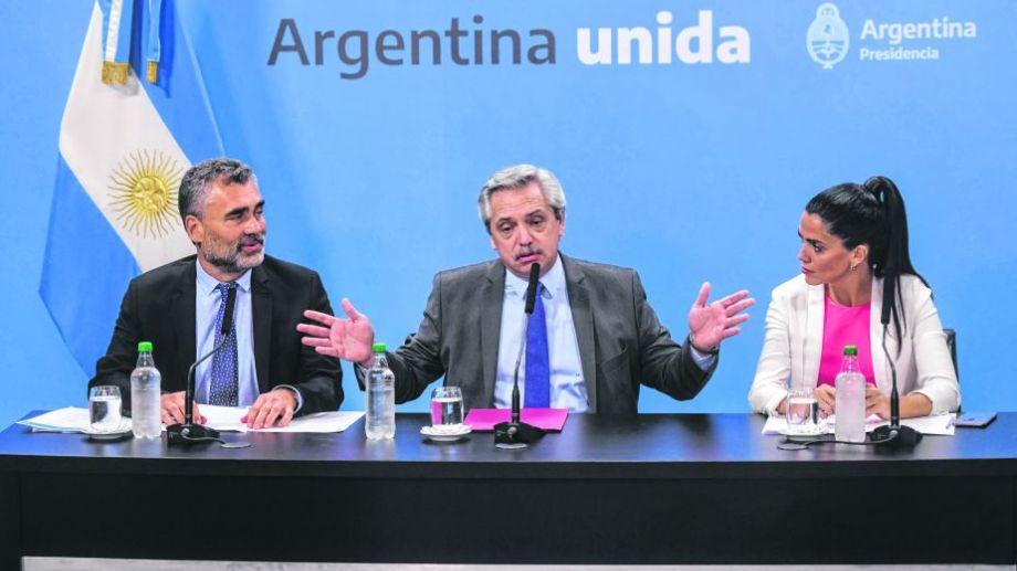 El presidente, Alberto Fernández(c), junto al presidente del ANSES, Alejandro Vanoli(i) y la titular del PAMI, Luana Volnovich(d) anunciaron un aumento del 13% para las jubilaciones mínimas y las AUH. Foto: Julián Álvarez.