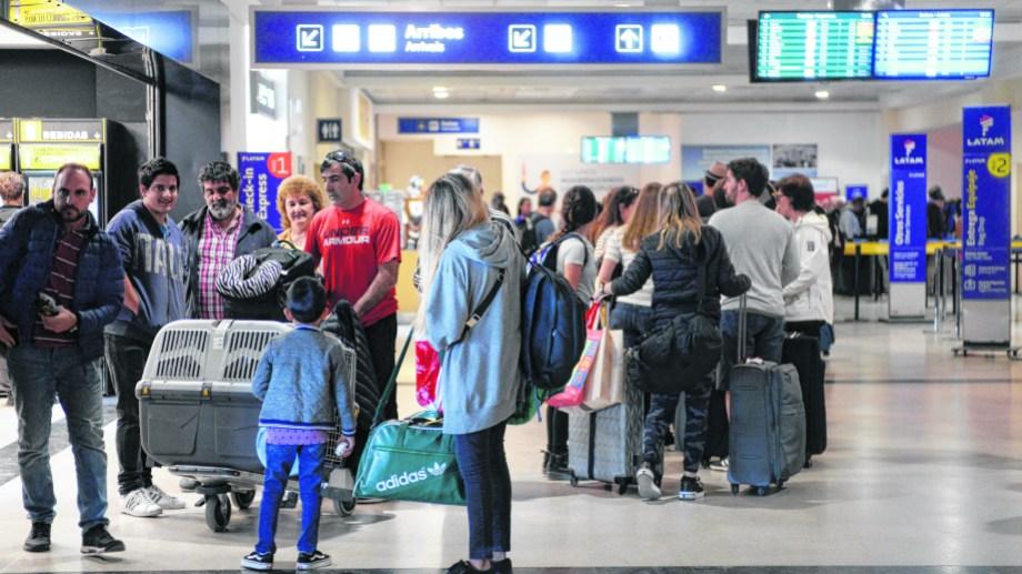Una actividad normal y sin preocupaciones ayer en el aeropuerto de Bariloche. Foto: Alfredo leiva