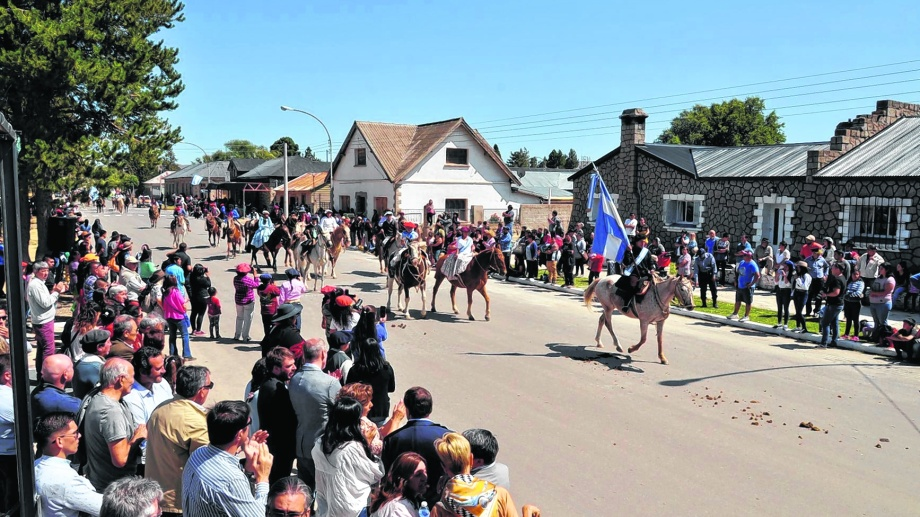 El espléndido día de sol y la buena temperatura volcaron a los vecinos a presenciar la llegada de la cabalgata y el desfile cívico.