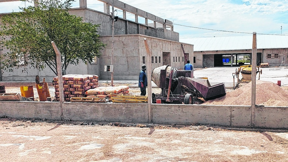 Centro de Educación Técnica Nº 32 de Las Grutas. La construcción marcha a buen ritmo, pero no estará lista para este año. Foto Martín Brunella.
