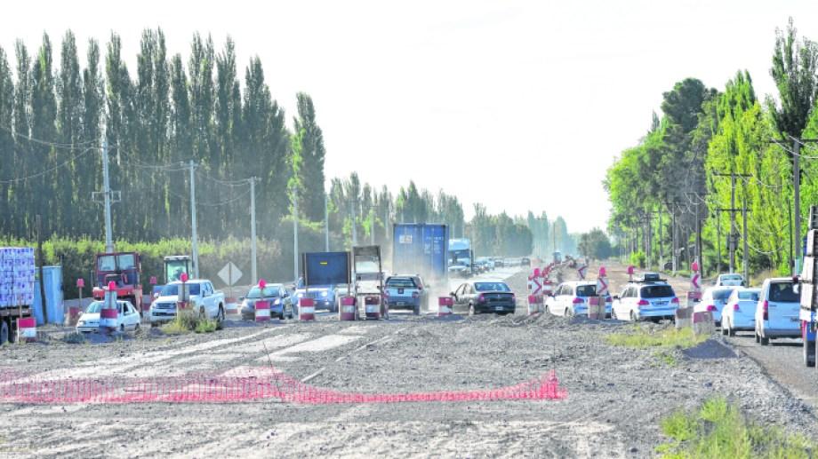 Son enormes los peligros que deben sortear los conductores que usan la ruta nacional 22. (Foto: Andrés Maripe)