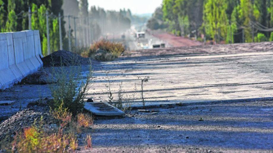 Hay varios sectores sobre la Ruta 22 en los que se observa que la parálisis y el abandono de las obras es total. Foto: archivo.-